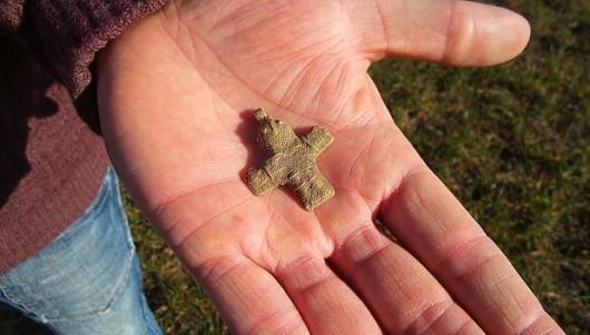Krzyżyk znaleziony w Danii ma 4 cm długości, prawdopodobnie pochodzi sprzed1100 lat