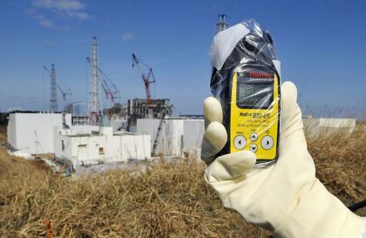 Licznik promieniowania wskazuje 131.00 mikrosiwertów na godzinę w okolicy 3 i 4 bloku elektrowni atomowej Fukushima