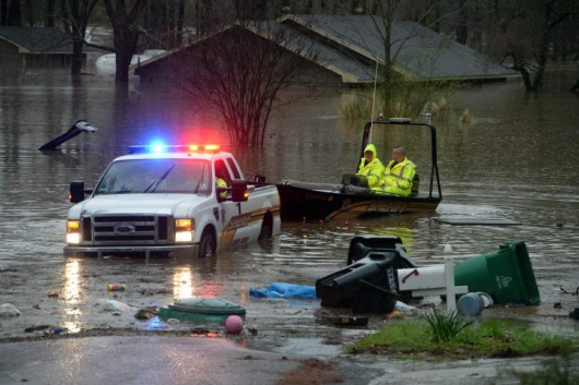 USA - Ogromne powodzie na południu, w Teksasie i Luizjanie niektóre domy zalane po sam dach -1 - Kopia