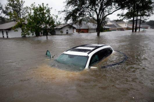 USA - Ogromne powodzie na południu, w Teksasie i Luizjanie niektóre domy zalane po sam dach -4 - Kopia