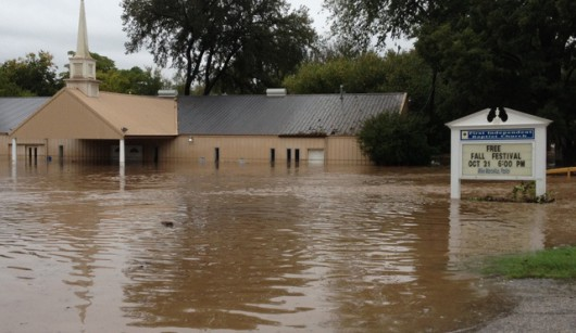 USA - Ogromne powodzie na południu, w Teksasie i Luizjanie niektóre domy zalane po sam dach -5 - Kopia