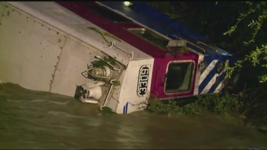 USA - W Kalifornii wykoleił się i wpadł do rzeki pociąg z 214 osobami -2
