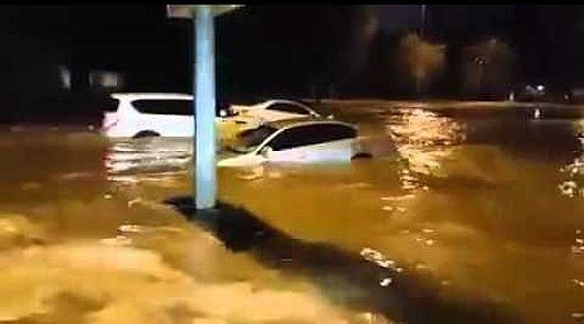 ZEA - Ulewny deszcz w Dubaju, samochody pływały ulicami -1