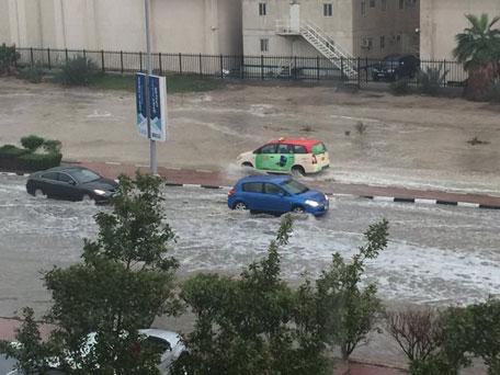 ZEA - Ulewny deszcz w Dubaju, samochody pływały ulicami -2