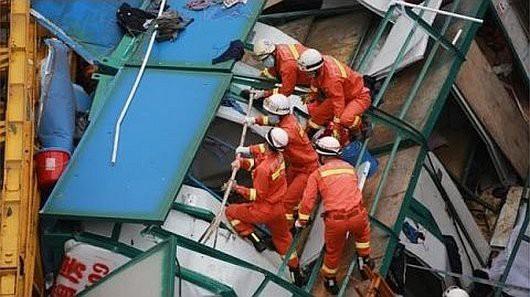 Dongguan, Chiny - Dźwig przewrócił się dwukondygnacyjny budynek dla robotników, zginęło 18 osób -3