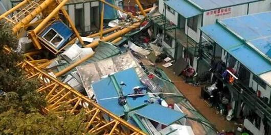 Dongguan, Chiny - Dźwig przewrócił się dwukondygnacyjny budynek dla robotników, zginęło 18 osób