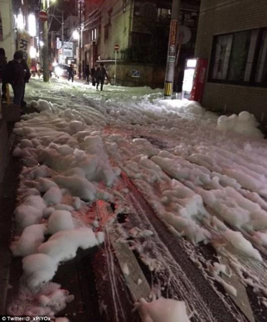 Fukuoka, Japonia - Po drugim trzęsieniu ziemi w centrum miasta z ziemi zaczęła się wydobywać tajemnicza piana -4
