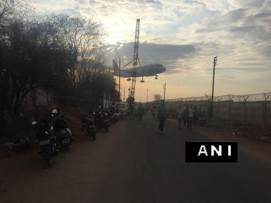 Hajdarabad, Indie - Połamał się dźwig w trakcie przenoszenia samolotu pasażerskiego -1