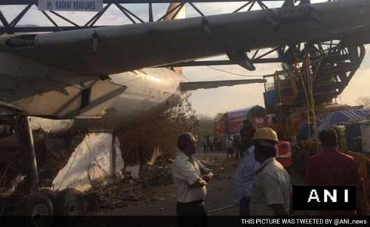 Hajdarabad, Indie - Połamał się dźwig w trakcie przenoszenia samolotu pasażerskiego -2