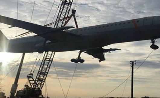 Hajdarabad, Indie - Połamał się dźwig w trakcie przenoszenia samolotu pasażerskiego -3