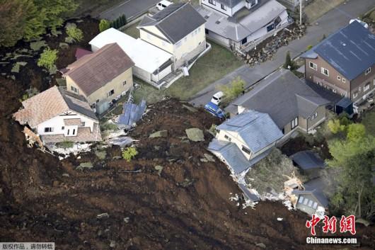 Japonia - Ilość ofiar śmiertelnych trzęsień ziemi wzrosła do 41, wiele osób jest uwięzionych pod gruzami -1