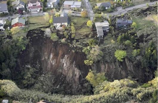 Japonia - Ilość ofiar śmiertelnych trzęsień ziemi wzrosła do 41, wiele osób jest uwięzionych pod gruzami -11