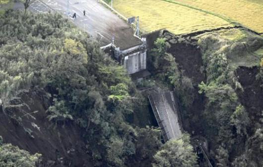 Japonia - Ilość ofiar śmiertelnych trzęsień ziemi wzrosła do 41, wiele osób jest uwięzionych pod gruzami -4