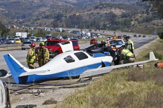 USA - Mały samolot uderzył w samochód na autostradzie w Kalifornii