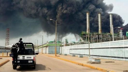 Veracruz, Meksyk - Potężna eksplozja i pożar w zakładach petrochemicznych koncernu naftowego Pemex