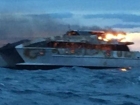 Australia - U wybrzeży Wielkiej Rafy Koralowej zapalił się i zatonął katamaran z turystami -2