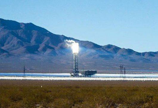 Jedna z wież słonecznych generujących w Ivanpah Solar Electric Generating System