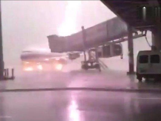 Jieyang, Chiny - Piorun uderzył w samolot stojący przy terminalu