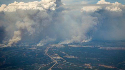 Kanada - Z powodu potężnego pożaru zarządzono największą ewakuację w historii stanu Alberta -1