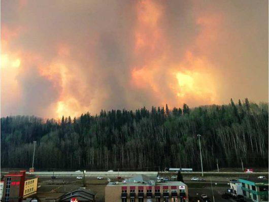 Kanada - Z powodu potężnego pożaru zarządzono największą ewakuację w historii stanu Alberta -4