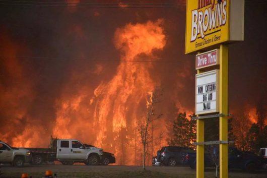 Kanada - Z powodu potężnego pożaru zarządzono największą ewakuację w historii stanu Alberta -6