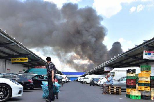 Niemcy - Dym nad azjatyckim targowiskiem w Berlinie -1