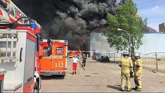Niemcy - Dym nad azjatyckim targowiskiem w Berlinie -2