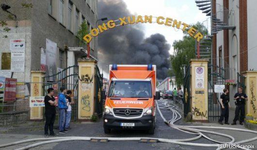 Niemcy - Dym nad azjatyckim targowiskiem w Berlinie -3