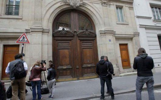 Paryż, Francja - Do siedziby Google weszło około setki urzędników skarbowych