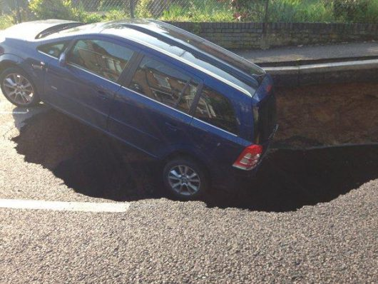UK - W Londynie pod zaparkowanym samochodem zapadła się jezdnia -1