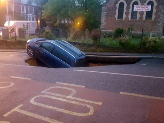 UK - W Londynie pod zaparkowanym samochodem zapadła się jezdnia -2