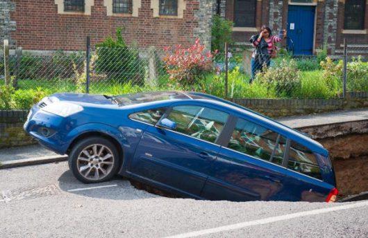 UK - W Londynie pod zaparkowanym samochodem zapadła się jezdnia -3