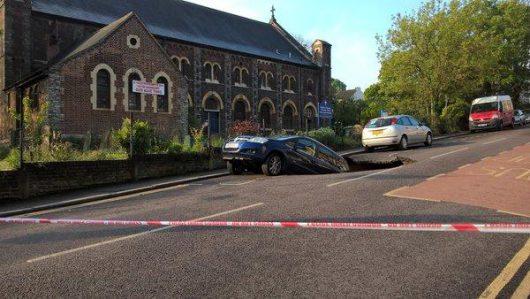 UK - W Londynie pod zaparkowanym samochodem zapadła się jezdnia -4