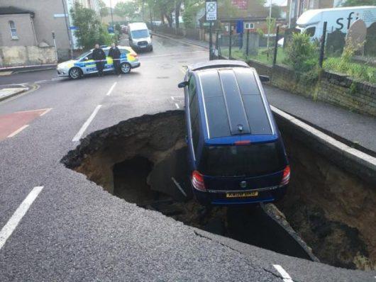 UK - W Londynie pod zaparkowanym samochodem zapadła się jezdnia -5