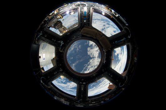 Widok na Ziemię przez okna kopuły ISS /NASA /materiały prasowe