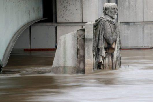 Francja - Wydano najwyższy alert pogodowy, w Paryżu poziom wody w Sekwanie jest najwyższy od 34 lat -4