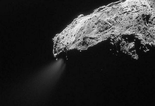 Gaz uwalniający się z jadra komety 67P na zdjęciu z 1 marca 2016 roku /ESA/Rosetta/NAVCAM – CC BY-SA IGO 3.0