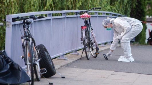Hamburg, Niemcy - Nieznany sprawca postrzelił rowerzystę