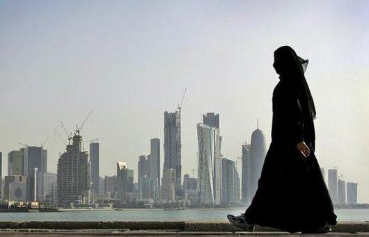 Katarska kobieta na tle panoramy miasta Doha