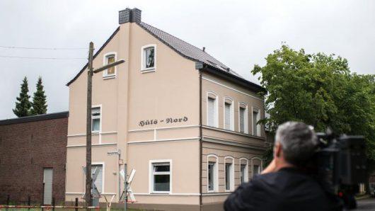 Krefeld, Niemcy - Matka wyrzuciła trójkę swoich dzieci przez okno na drugim piętrze -2