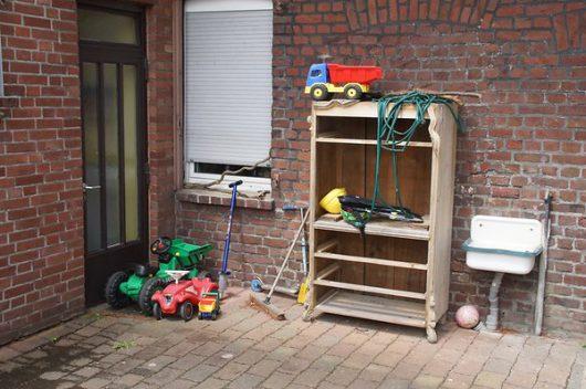 Krefeld, Niemcy - Matka wyrzuciła trójkę swoich dzieci przez okno na drugim piętrze