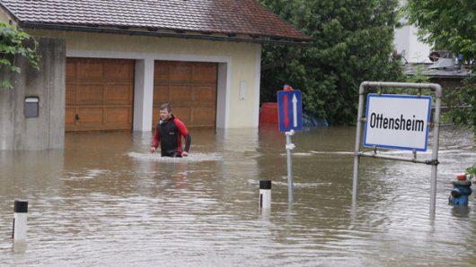 APA13038656-2 - 03062013 - OTTENSHEIM - ÖSTERREICH: ZU APA 325 CI - Nach den heftigen Regenfällen kommt es entlang der Donau zu Überflutungen: Im Bild die Situation im Donaumarkt Ottensheim (Oberösterreich) am Dienstag, 03. Juni 2013. APA-FOTO: RUBRA