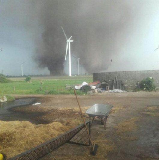 Niemcy - Wyjątkowo rzadkie zjawisko, w okolicy Szlezwik pojawiły się bliźniacze tornada -3