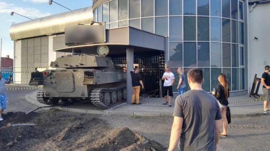 Szubin, Polska - Podczas festynu samobieżna haubica wjechała w budynek -2