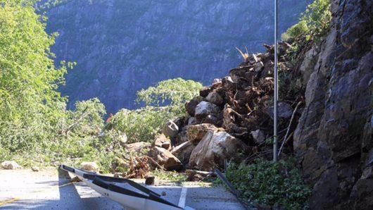 Voss, Norwegia - Na drogę E16 zeszła 60-metrowa lawina błotna -1