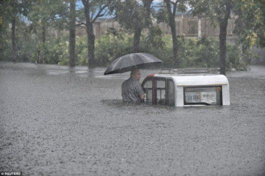 Chiny - Pekin sparaliżowany, pada bez przerwy od kilku dni -6