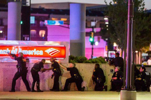 Dallas, USA - Podczas demonstracji przeciwko brutalności policji snajperzy postrzelili 11 policjantów specjalnej jednostki SWAT -2