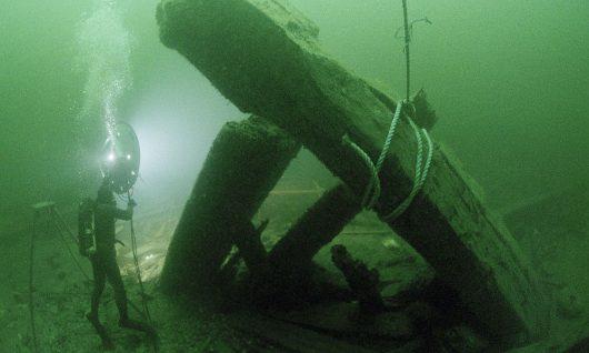 Nurkowie pobierają do badań drewno z okrętu Kronan