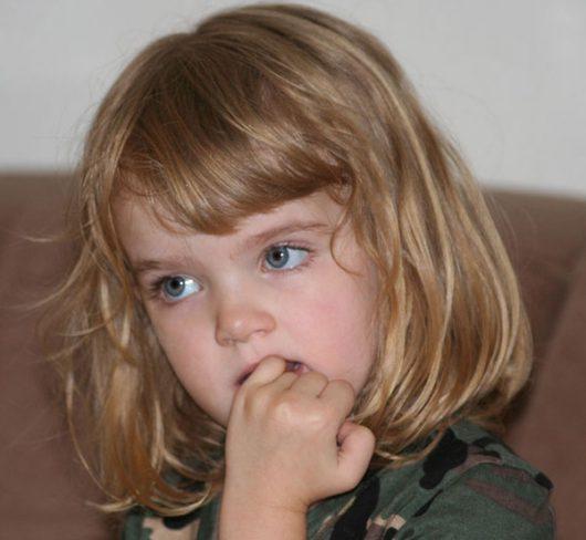 Dziecko obgryza paznokcie