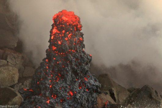 Hawaje - wejście lawy do oceanu tworzy deltę w pobliżu klifu oraz stalagmity z odpryskami - zdjęcie/ Epic Lava / Facebooka